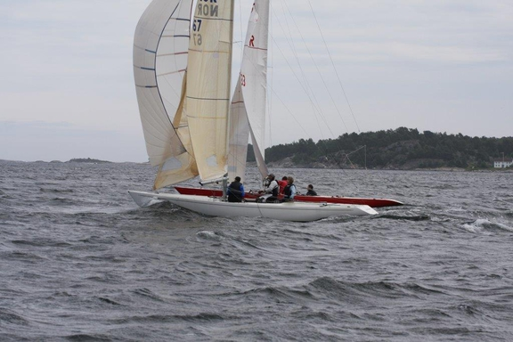 Racing with ancient spinnaker. See the photo from WC 1992. It is the very same.